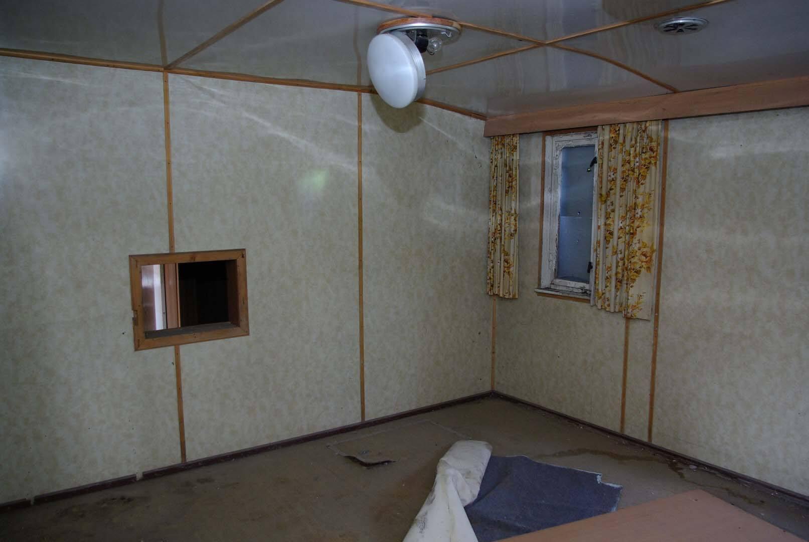 Der ehemalige Sozialraum mit Durchreiche zur ehemaligen Küche. Heute sind hier die Schlafräume