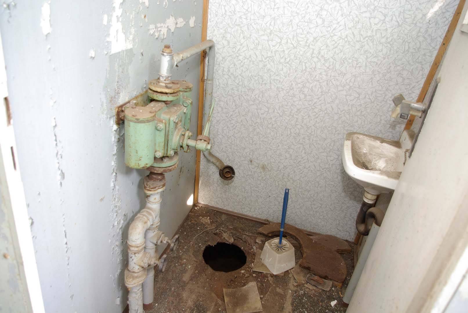 Das WC im vormaligen Zustand: Das Waschbecken blieb bis heute erhalten