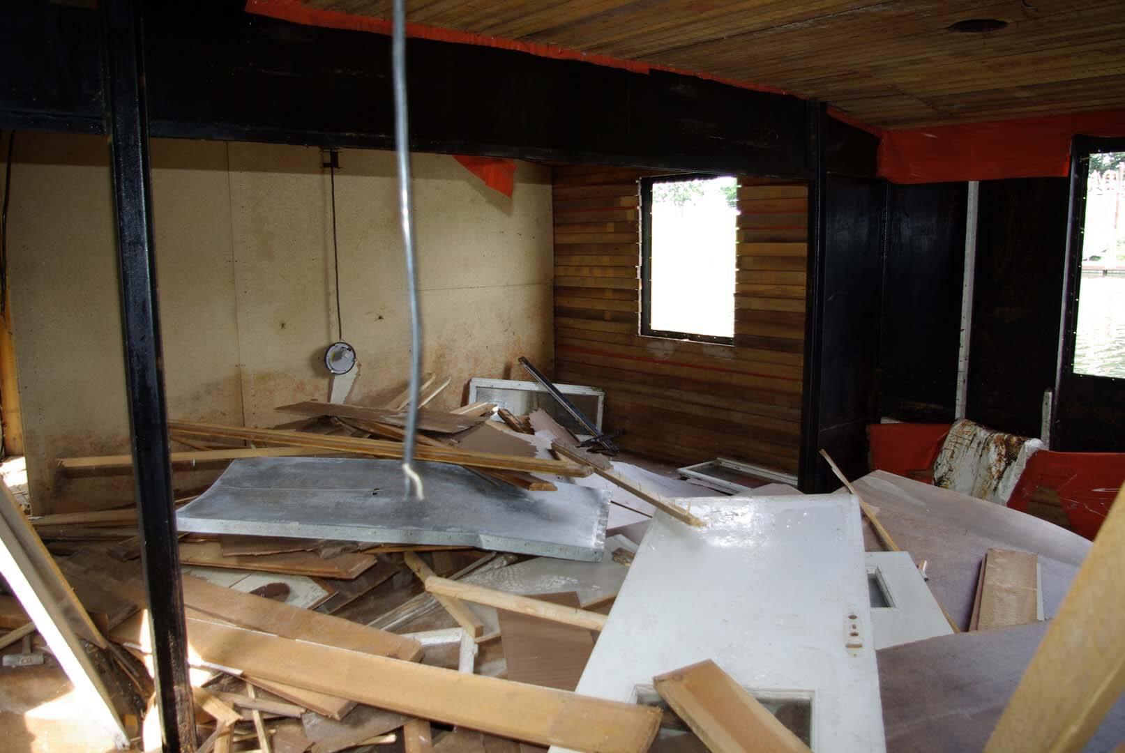 Alles muss raus: Der gesamte Innenausbau wird eine Woche lang entfernt