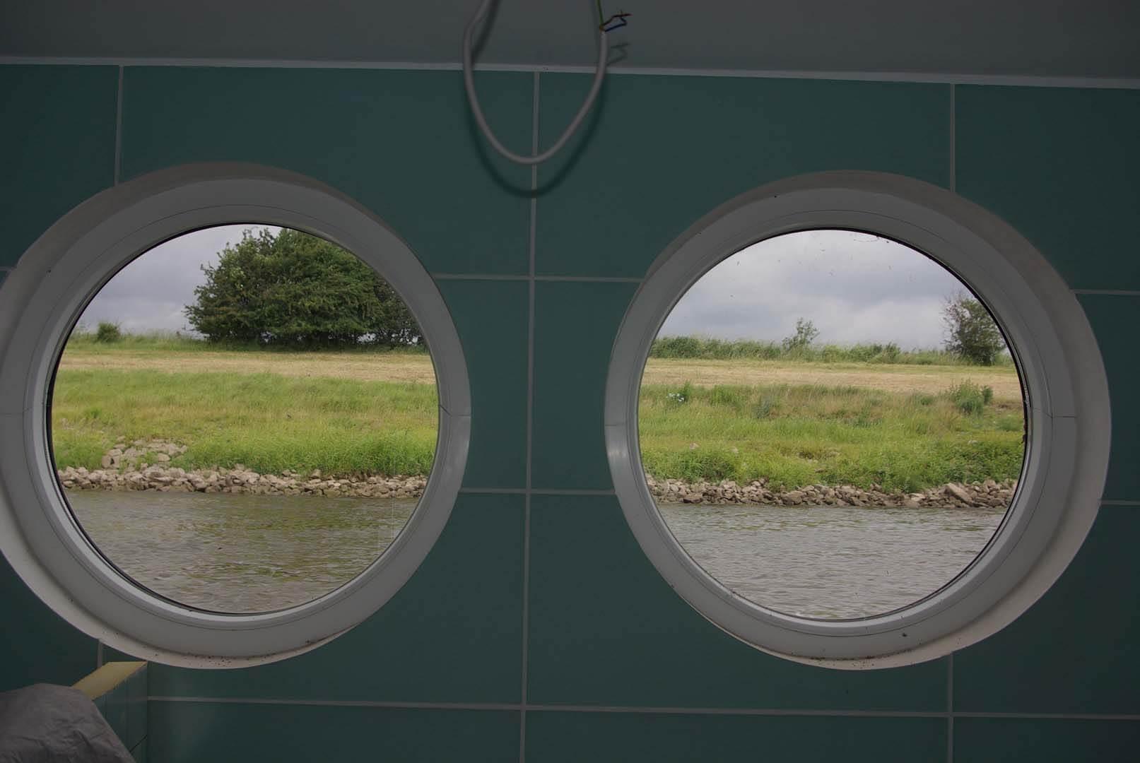 Überführungsfahrt: Blick aus den Badezimmer fenstern