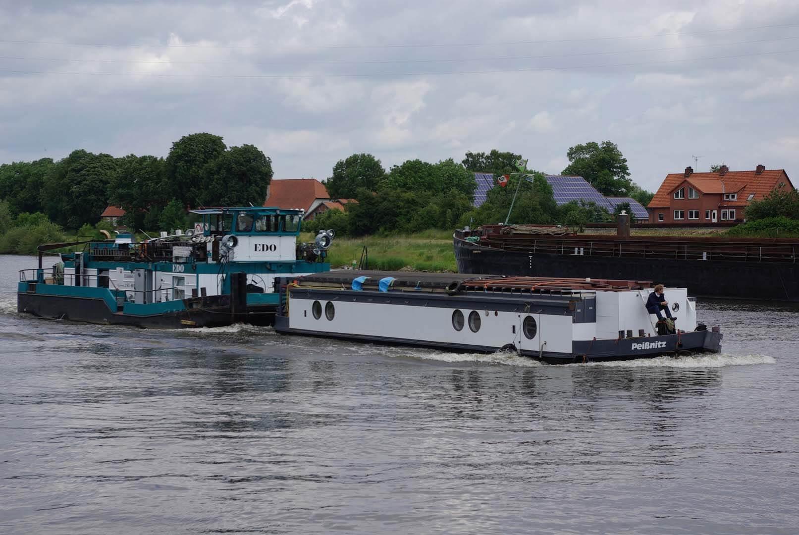Überführungsfahrt auf der Weser: Seetüchtiges Hausboot