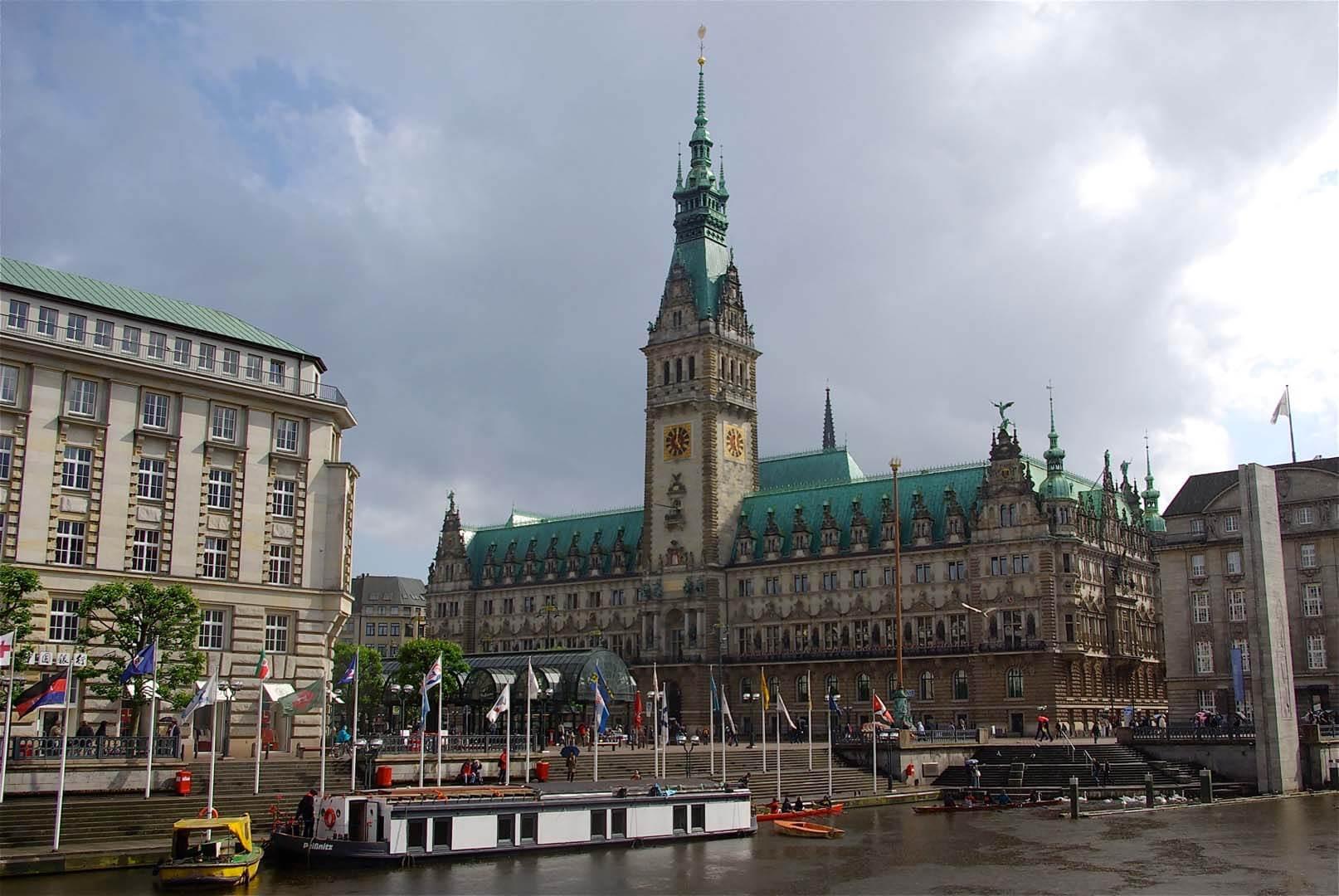 Peissnitz vor dem Hamburger Rathaus: Ca. 8000 L Ballastwasser werden an Bord gepumpt