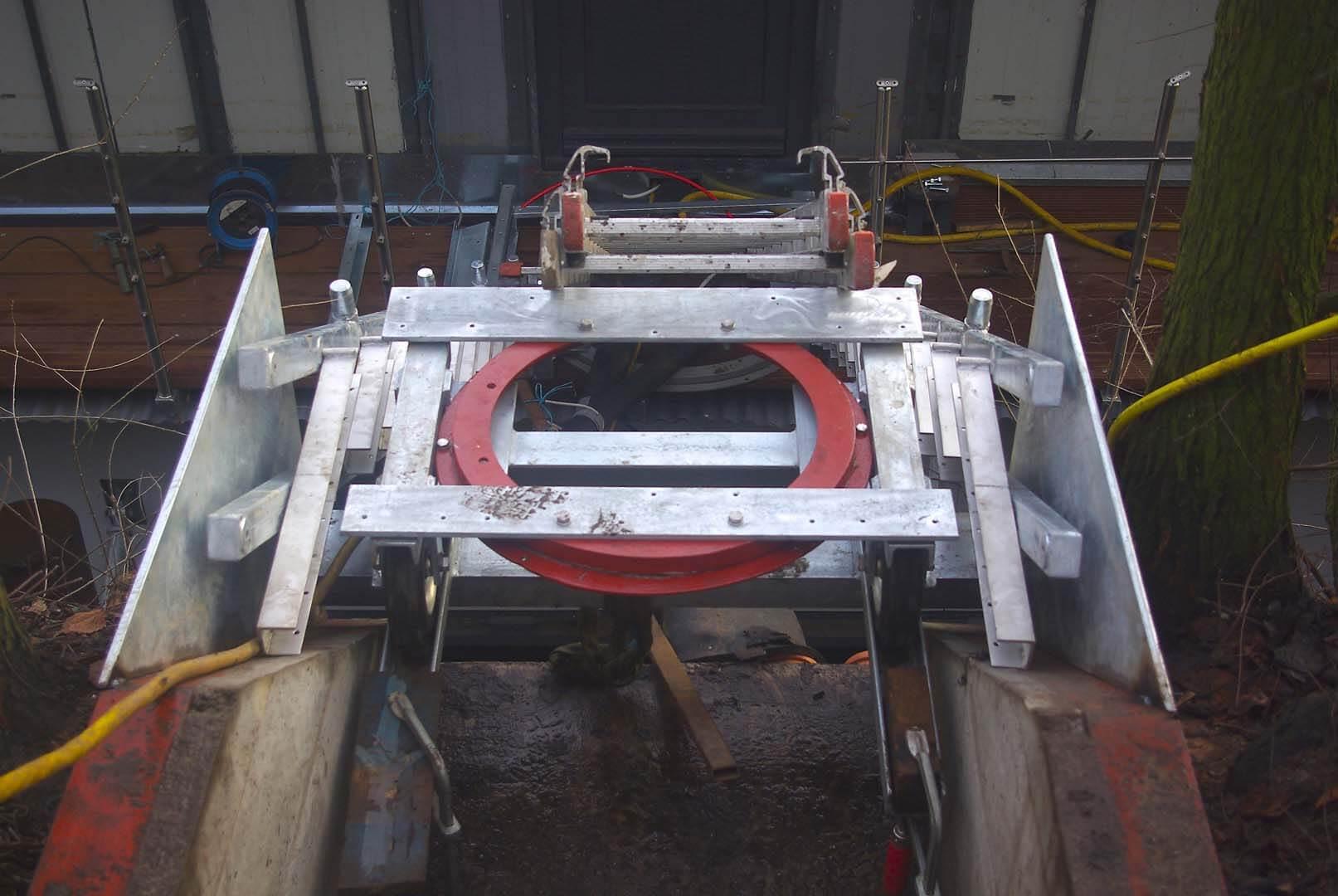 Konstruktion der Zugangstreppe: 2 Ringkugellager und ein Wagen sichern bei Wasserstandsänderungen Beweglichkeit in alle Richtungen